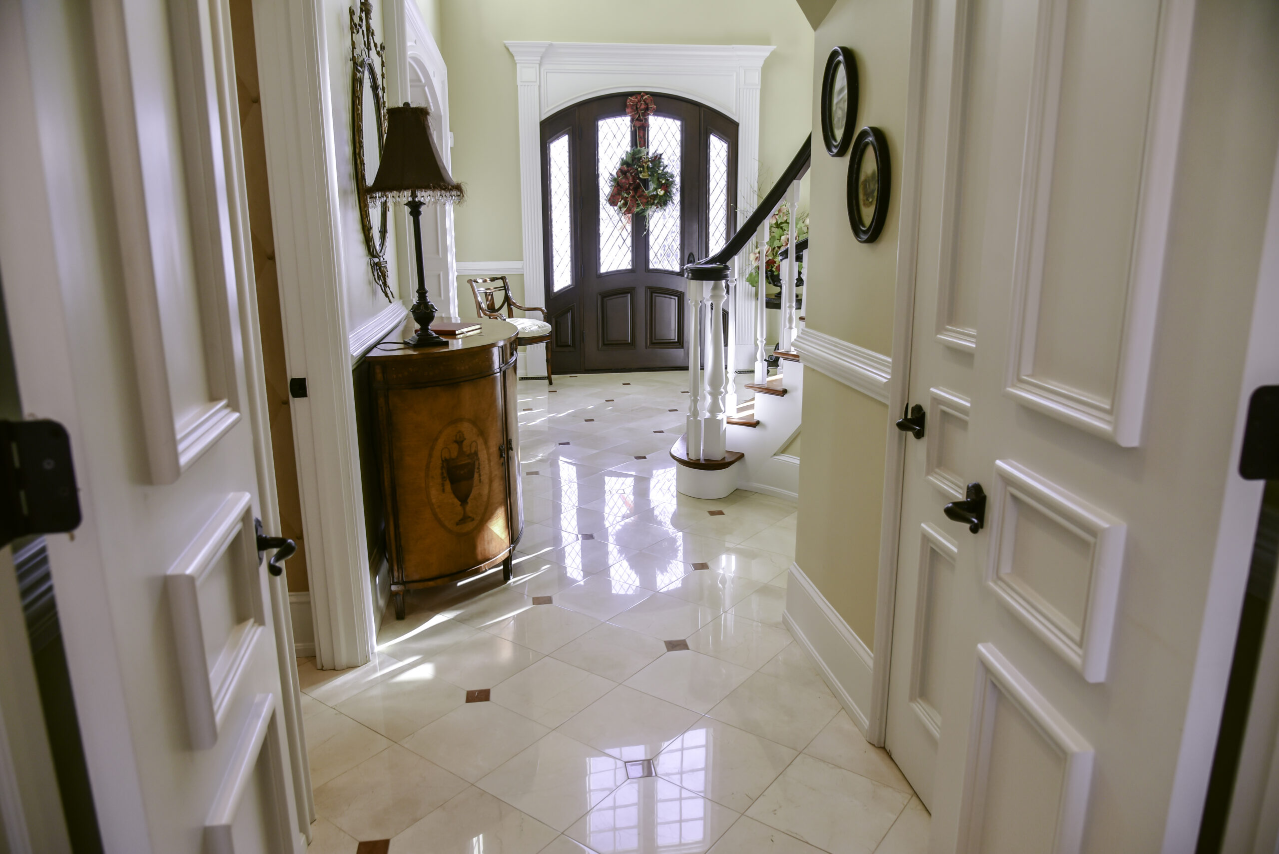 CREMA MARFIL MARBLE RESTORATION, ACHIEVING HIGH GLOSS RESULTS WITH ONLY MECHANICAL DIAMOND POLISHING